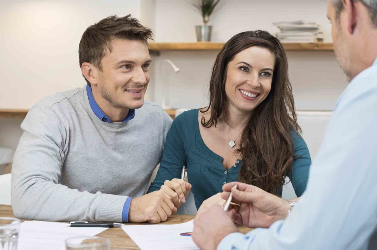 Couple meets with a Licensed Insolvency Trustee