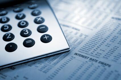 Calculadora en papel con tasas de interés