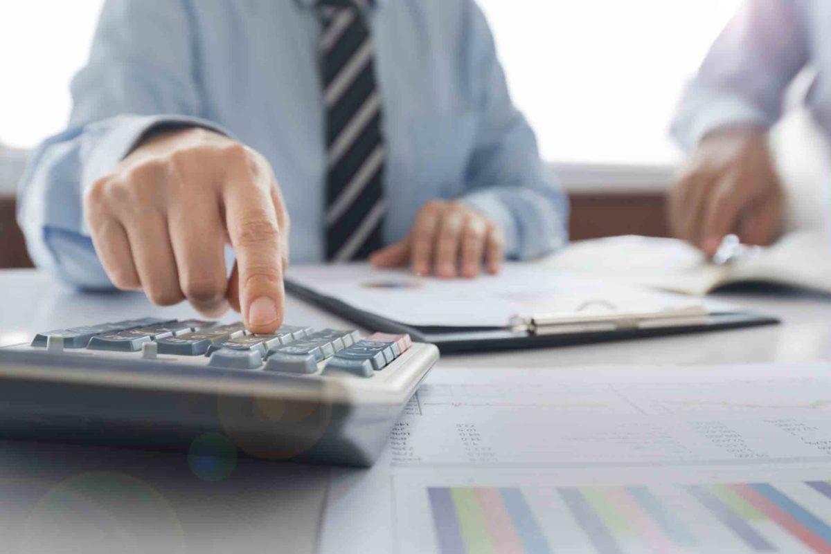 En una propuesta para el consumidor, un Fideicomisario de Insolvencia con Licencia calcula qué porcentaje de su deuda puede pagar